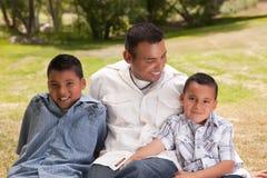 Padre e hijos en el parque Imágenes de archivo libres de regalías