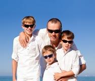 Padre e hijos que caminan en la playa Fotografía de archivo