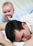 Padre e la piccola figlia felici Immagini Stock