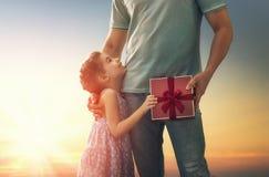 Padre e la sua figlia fotografia stock libera da diritti