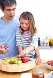 Padre e la sua figlia sveglia che mangiano prima colazione Fotografie Stock Libere da Diritti