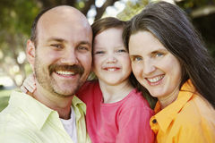Padre e madre che tengono la loro figlia Fotografia Stock Libera da Diritti