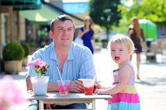Padre e piccola figlia che bevono in caffè Fotografia Stock Libera da Diritti
