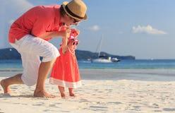 Padre e piccola figlia sulla spiaggia Fotografia Stock