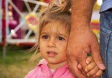 Padre e piccola figlia sveglia che tengono congiuntamente nel giorno di estate Fotografie Stock