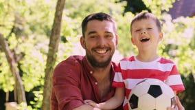 Padre e ragazzino felici all'aperto archivi video