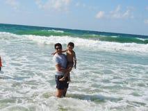Padre e ragazzo sul mare Fotografie Stock
