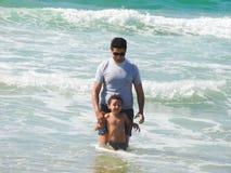 Padre e ragazzo sul mare Immagine Stock