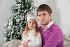 Padre e sua figlia a tempo di Natale Fotografie Stock Libere da Diritti