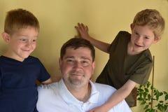 Padre ed i suoi ragazzi fotografie stock