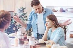 Padre en cuestión que consigue emocional mientras que grita a su hija adolescente Foto de archivo libre de regalías