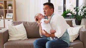 Padre envejecido medio con el bebé gritador en casa metrajes