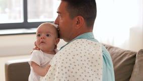 Padre envejecido medio con la hija del bebé en casa metrajes