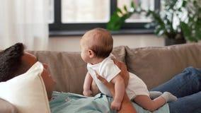 Padre envejecido medio con la hija del bebé en casa almacen de metraje de vídeo