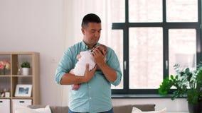 Padre envejecido medio con la hija del bebé en casa almacen de video