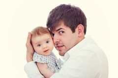 Padre felice che tiene delicatamente la figlia del bambino Fotografia Stock