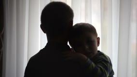 Padre felice che tiene suo figlio sulle mani nella sala archivi video