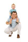 Padre felice con il piccolo figlio sul suo collo Fotografie Stock Libere da Diritti