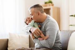 Padre felice con il piccolo neonato a casa Immagini Stock