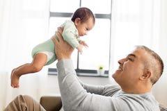 Padre felice con il piccolo neonato a casa Immagine Stock