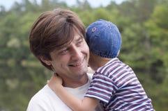 Padre felice con il suo piccolo figlio fotografia stock libera da diritti