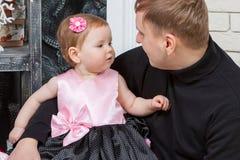 Padre felice con la figlia del bambino Fotografia Stock