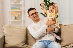 Padre felice con la piccola figlia del bambino a casa Fotografia Stock