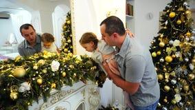 Padre felice And Cute Daughter con le decorazioni festive di riguardo su fondo dell'albero di Natale elegante in salone stock footage
