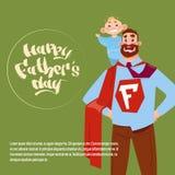 Padre felice Day Family Holiday, cartolina d'auguri del capo del supereroe di usura del figlio della tenuta del papà dell'uomo Fotografia Stock Libera da Diritti