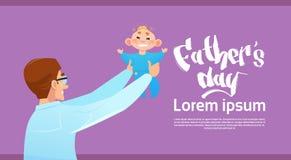 Padre felice Day Family Holiday, cartolina d'auguri del figlio infantile della tenuta del papà Immagini Stock Libere da Diritti