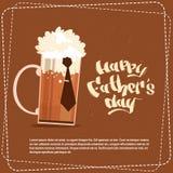 Padre felice Day Family Holiday, cartolina d'auguri di concetto di celebrazione di vetro di birra Fotografie Stock Libere da Diritti