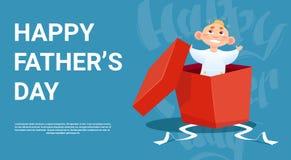 Padre felice Day Family Holiday, piccolo figlio nella cartolina d'auguri attuale della scatola Fotografia Stock Libera da Diritti