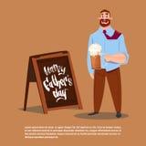 Padre felice Day Family Holiday, vetro di birra della tenuta del papà celebrante la cartolina d'auguri Fotografia Stock