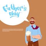 Padre felice Day Family Holiday, vetro di birra della tenuta del papà celebrante la cartolina d'auguri Fotografia Stock Libera da Diritti