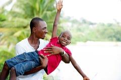 Padre felice e bambino che spendono aria aperta e risata di tempo immagini stock libere da diritti