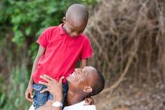 Padre felice e bambino che spendono aria aperta e risata di tempo fotografia stock libera da diritti