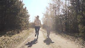 Padre felice e figlia che pareggiano nella foresta in anticipo 4K stock footage