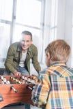padre felice e figlio bei che giocano estrattore a scatto immagine stock