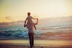 Padre felice e figlio che hanno grande tempo sul immagini stock libere da diritti