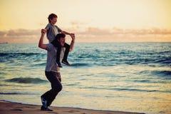 Padre felice e figlio che hanno grande tempo sul Fotografia Stock Libera da Diritti