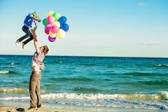 Padre felice e figlio che hanno grande tempo sul fotografie stock