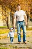 Padre felice sulla camminata con il giovane figlio Fotografie Stock Libere da Diritti