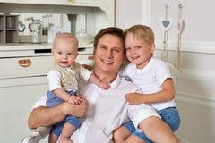 Padre feliz con dos hijos Imágenes de archivo libres de regalías
