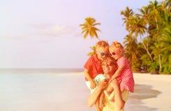 Padre feliz con dos niños en los hombros que se divierten Fotografía de archivo