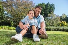Padre feliz con el niño en un parque Imagenes de archivo