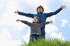 Padre feliz con el pequeño hijo que disfruta de vida fotos de archivo libres de regalías