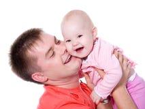 Padre feliz con la sonrisa que celebra a su bebé Fotos de archivo