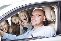 Padre feliz con los niños en el coche Imagen de archivo libre de regalías