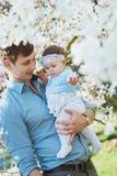 Padre feliz con su hija linda Imagen de archivo libre de regalías