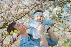Padre feliz con su hija linda Imagen de archivo